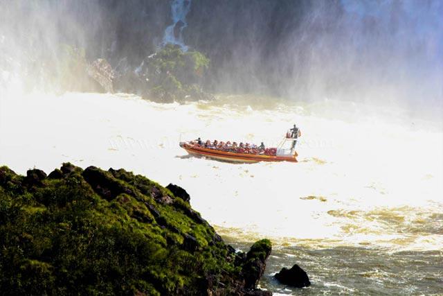 Paseo en Barco Cataratas Argentina con Catacora Tour SRL